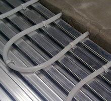 Vloerverwarming in zwaluwstaartvloer